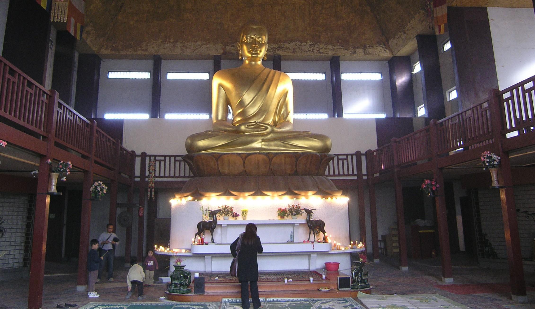 O Buda de nove metros de altura é a principal atração no templo budista. Foto: wikimedia.org