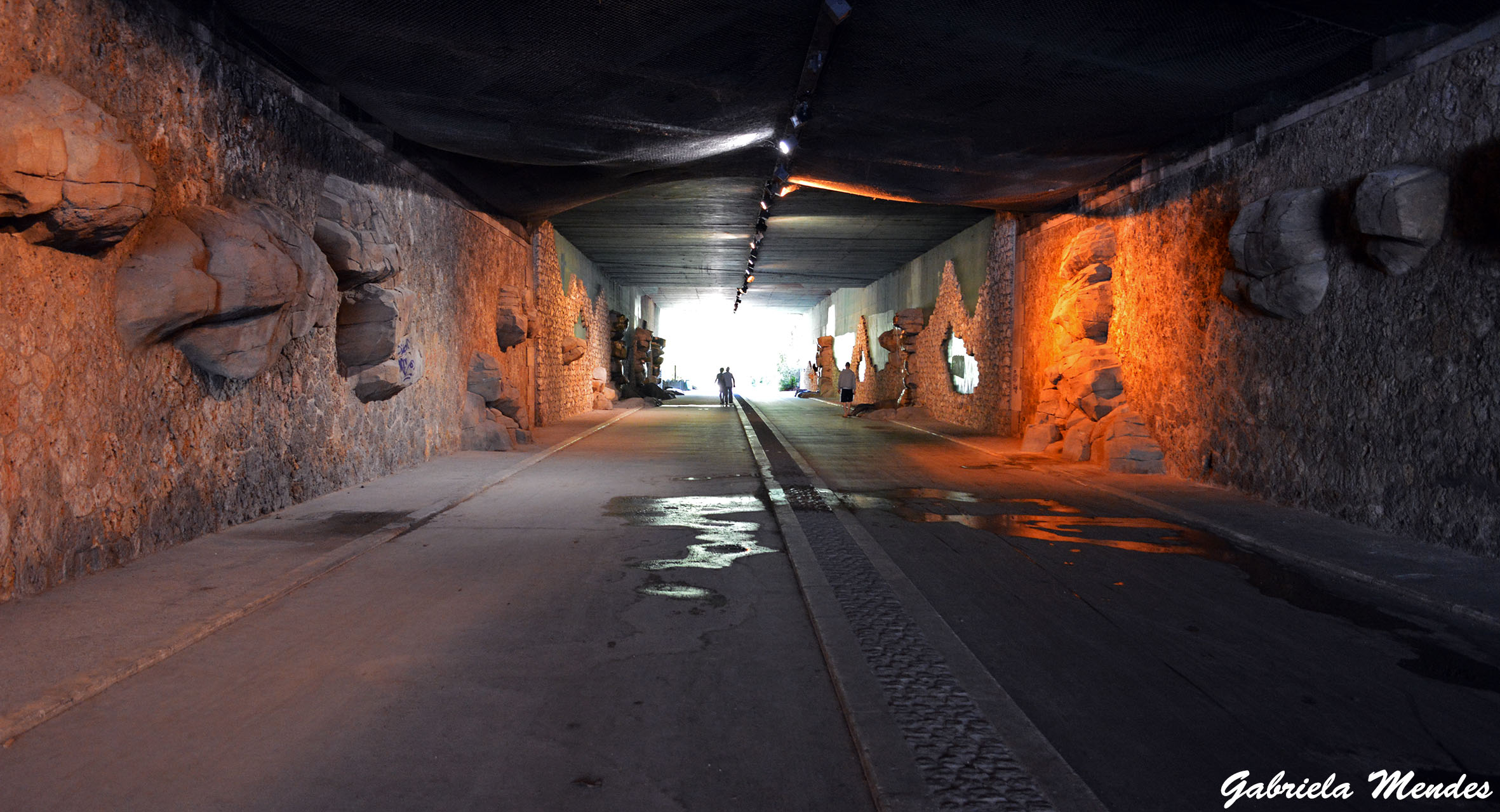 Um dos túneis que continuam a Promenade Plantée. O caminho é todo para pedestres e com uma faixa separada para bicicletas.