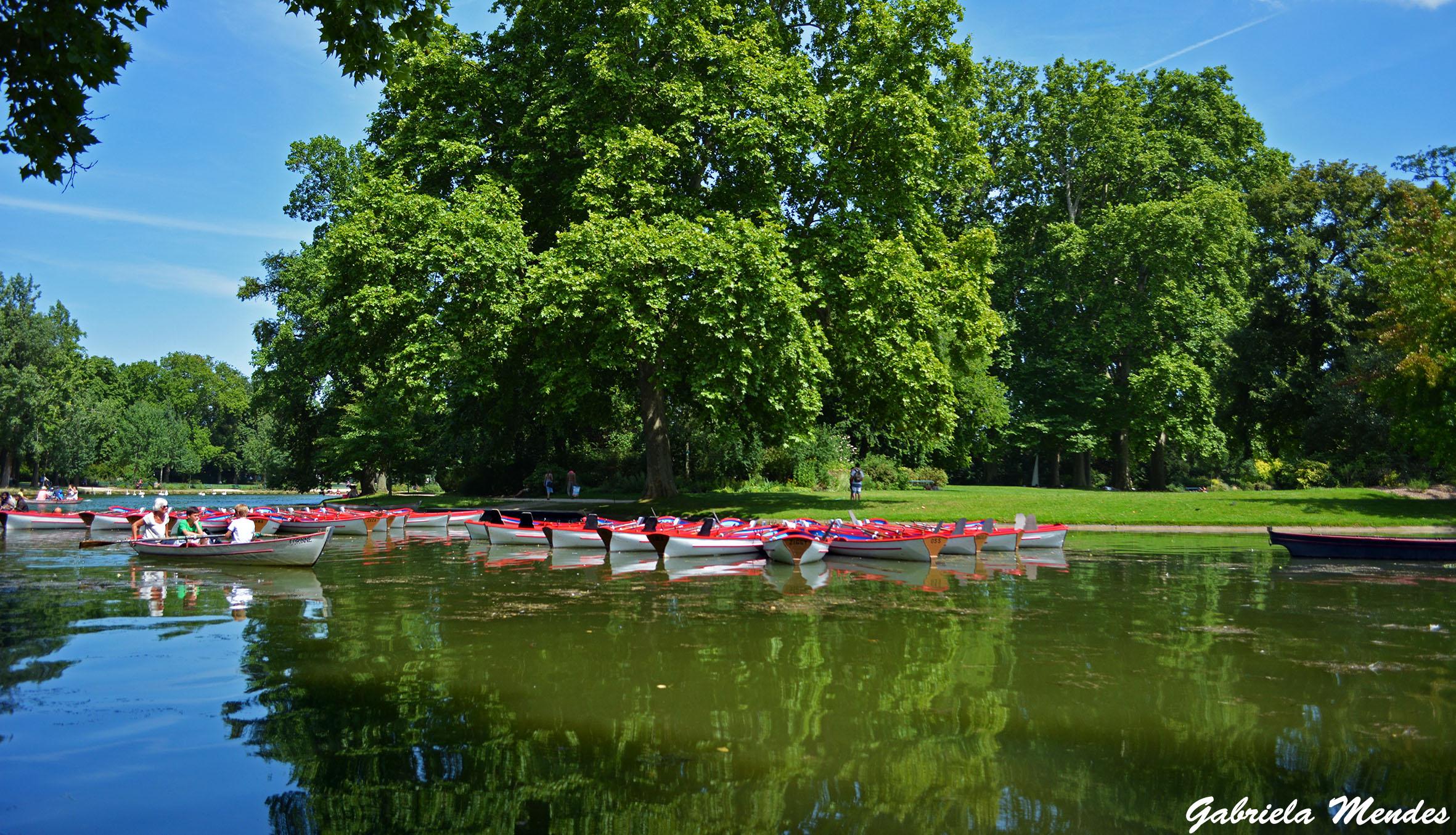Para se refrescar nos dias quentes de verão os parisienses ficam andando de barquinho no lago.
