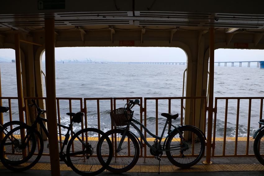 Bicicletas na barca para Paquetá