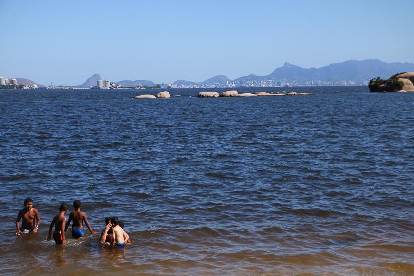 Crianças na praia de Paquetá